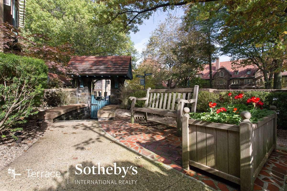 19 Greenway Terrace in Forest Hills : Sales, Rentals, Floorplans ...